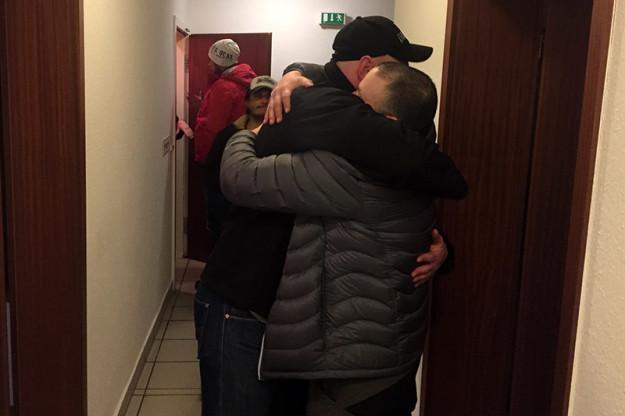 En PB kram; både Dennis och Rickard som för dagen fått nytt pb kramar varandra